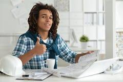 Młody afro mężczyzna pracuje przy biurem Obrazy Stock