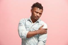 Młody afro mężczyzna przytłaczający z bólem w ramieniu Zdjęcie Stock