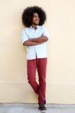 Młody afro mężczyzna z afro uśmiechniętą pozycją z rękami krzyżować Obraz Royalty Free