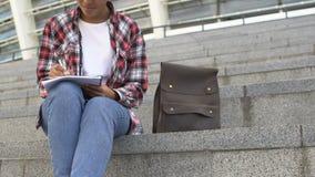 Młody afroamerykański dziewczyny obsiadanie na schodkach i pisać wierszach, twórczość zbiory wideo