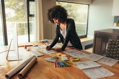 Młody afrykański bizneswoman pracuje na projekcie obraz royalty free