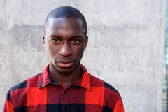 Młody afrykański mężczyzna gapi się przy tobą Obrazy Stock