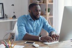 Młody afrykański mężczyzna pracuje w biurowym biznesie Obraz Royalty Free