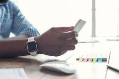 Młody afrykański mężczyzna pracuje w biurowym biznesie Zdjęcia Stock