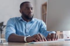 Młody afrykański mężczyzna pracuje w biurowym biznesie Zdjęcia Royalty Free