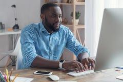 Młody afrykański mężczyzna pracuje w biurowym biznesie Zdjęcie Royalty Free