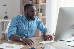 Młody afrykański mężczyzna pracuje w biurowym biznesie Zdjęcie Stock