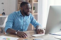 Młody afrykański mężczyzna pracuje w biurowym biznesie Fotografia Stock