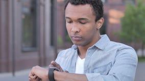 Młody Afrykański mężczyzna Używa Smartwatch zbiory wideo