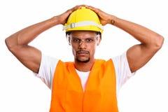 Młody Afrykański mężczyzny pracownik budowlany z oba rękami na bezpieczeństwie zdjęcia stock