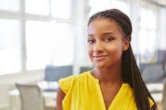 Młody afrykański uczeń jako praktykant zdjęcia stock