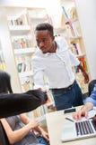 Młody afrykanin jako uczeń trząść ręki zdjęcie stock