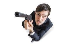 Młody agent lub morderca celujemy z pistoletem najlepszy widok pojedynczy białe tło Obrazy Royalty Free