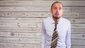 Młody agresywny mężczyzna biznesmen pójść szalonym przysięga Zły szalenie szef zbiory wideo