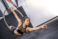 Młody akrobatyczny kobiety obwieszenie na powietrznym obręczu Fotografia Royalty Free