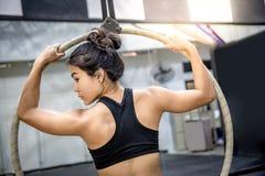 Młody akrobatyczny kobiety obwieszenie na powietrznym obręczu Fotografia Stock