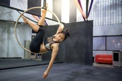 Młody akrobatyczny kobiety obwieszenie na powietrznym obręczu Obrazy Royalty Free