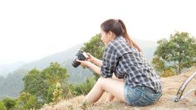 Młody aktywny Azjatycki turystyczny kobiety podróży fotograf z plecakiem bierze obrazki cyfrową kamerą przy punktem widzenia na g zbiory wideo
