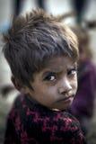 Młody aktywny chłopiec zwrot jego głowa nad naramiennym spojrzeniem prosto Obraz Royalty Free