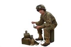 Młody Amerykański żołnierz bierze jego posiłki Zdjęcie Stock