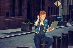 Młody Amerykański bizneswoman pracuje na komputerowym outside w Nowym obrazy stock