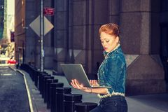 Młody Amerykański bizneswomanu podróżować, pracuje w Nowy Jork obrazy stock