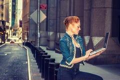 Młody Amerykański bizneswomanu podróżować, pracuje w Nowy Jork zdjęcia royalty free