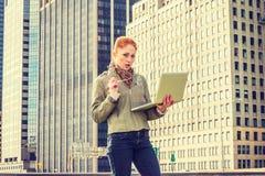 Młody Amerykański bizneswomanu podróżować, pracuje w Nowy Jork zdjęcie stock