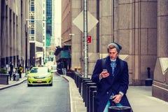 Młody Amerykański mężczyzna podróżuje w Nowy Jork w zimie Fotografia Royalty Free
