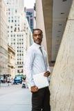 M?ody amerykanin afryka?skiego pochodzenia biznesmen z brody podr??owa?, pracuje w Nowy Jork zdjęcie royalty free