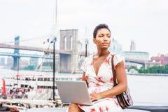 Młody amerykanin afrykańskiego pochodzenia kobiety podróżować, pracuje w Nowy Jork obraz royalty free