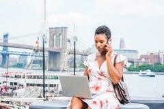 Młody amerykanin afrykańskiego pochodzenia kobiety podróżować, pracuje w Nowy Jork zdjęcia royalty free