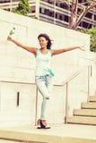 Młody amerykanin afrykańskiego pochodzenia kobiety powitanie ty z biel różą w Nowym Fotografia Royalty Free