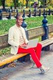 Młody amerykanin afrykańskiego pochodzenia mężczyzna pracuje na laptopie przy centralą obraz royalty free
