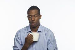 Młody amerykanin afrykańskiego pochodzenia z kawowym kubkiem, horyzontalnym zdjęcie royalty free