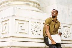 Młody amerykanina afrykańskiego pochodzenia biznesmen pracuje w Nowy Jork Zdjęcia Royalty Free