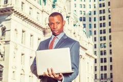Młody amerykanina afrykańskiego pochodzenia biznesmen pracuje w Nowy Jork Zdjęcie Stock