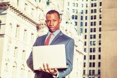 Młody amerykanina afrykańskiego pochodzenia biznesmen pracuje w Nowy Jork Obrazy Royalty Free