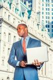 Młody amerykanina afrykańskiego pochodzenia biznesmen pracuje w Nowy Jork Obraz Royalty Free