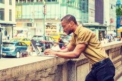 Młody amerykanina afrykańskiego pochodzenia biznesmen z brody podróżować, pracuje obrazy royalty free