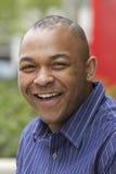 Młody amerykanina afrykańskiego pochodzenia biznesowego mężczyzna ono uśmiecha się obraz royalty free