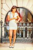 Młody amerykanina afrykańskiego pochodzenia bizneswoman pracuje w Nowy Jork, textin Obrazy Stock