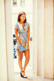 Młody amerykanina afrykańskiego pochodzenia bizneswomanu podróżować, pracuje w Nowym Y Zdjęcie Royalty Free