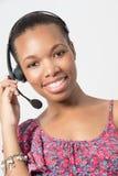 Młody amerykanina afrykańskiego pochodzenia centrum telefonicznego agenta śmiać się. Obraz Royalty Free