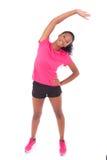 Młody amerykanina afrykańskiego pochodzenia jogger kobiety rozciąganie, odizolowywający na whi obrazy stock