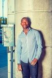 Młody amerykanina afrykańskiego pochodzenia mężczyzna czekanie na ulicie w Nowy Jork Zdjęcie Stock