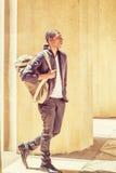 Młody amerykanina afrykańskiego pochodzenia mężczyzna niesie naramienną torbę, podróżuje w N Obraz Stock