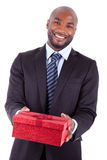 Młody amerykanina afrykańskiego pochodzenia mężczyzna oferuje prezent Fotografia Stock