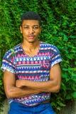 Młody amerykanina afrykańskiego pochodzenia mężczyzna podróżuje, relaksujący przy central park, Fotografia Royalty Free