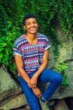 Młody amerykanina afrykańskiego pochodzenia mężczyzna podróżuje, relaksujący przy central park, Fotografia Stock